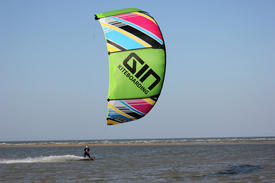 Session kitesurf sur la côte normande